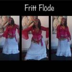 Anno Paananen skildrar frigörande dansen Fritt Flöde. Hon bär ceriserosa överdel och lång vit kjol.
