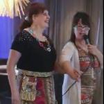 ViSyns-event 2017 Modevisning. Sångerskan Monica Söderberg går bredvid konferencier Anno Paananen.