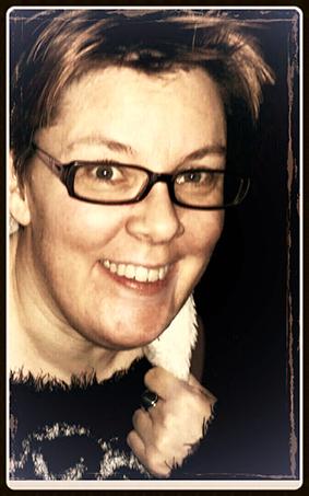 Föreläsaren Sara Edström ler mot kameran. Hon har kort hår och mörka glasögonbågar.