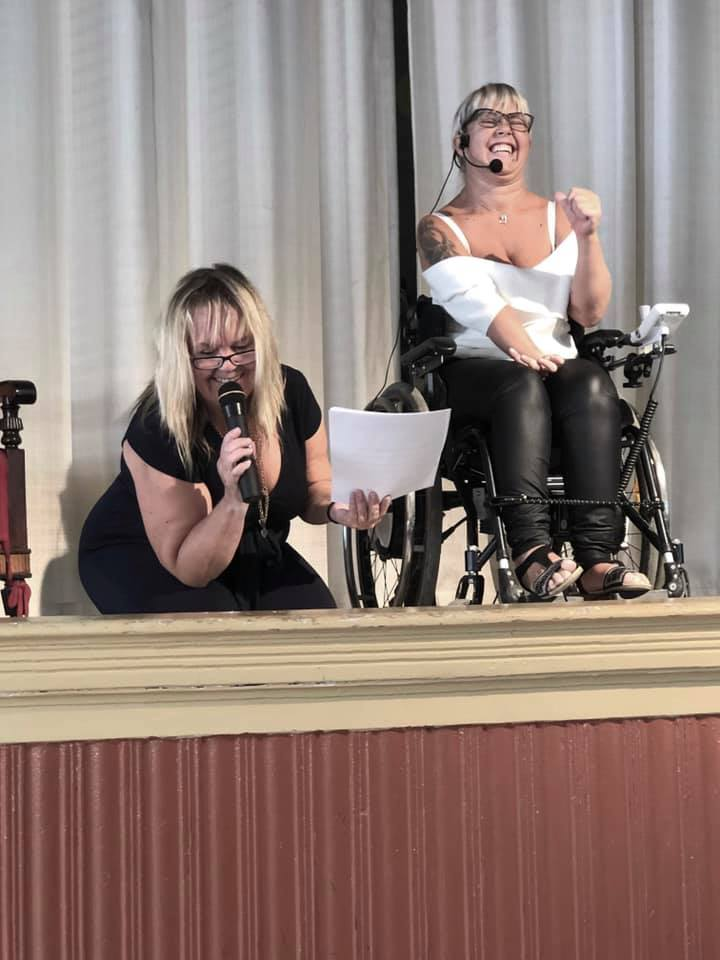 Moha på scen i Levande dokumentärer, Anno Paananen är vid hennes sida